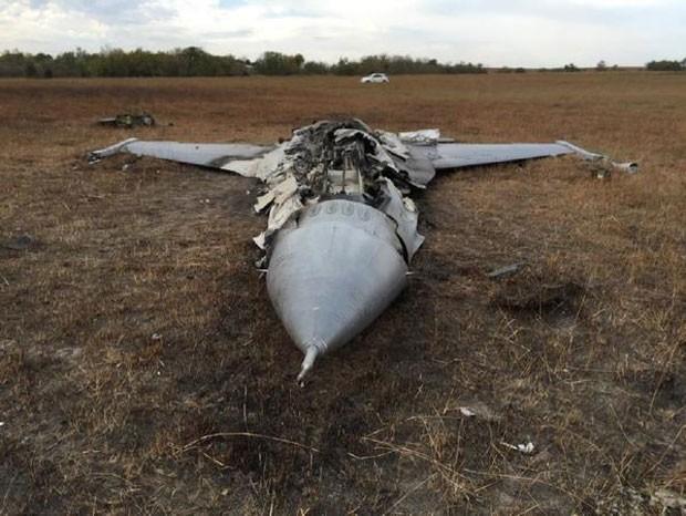 O outro avião caiu em solo; piloto foi ejetado e não teve ferimentos graves (Foto: Reprodução/Twitter/Dan Lamothe)