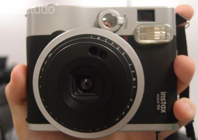 Instax Mini 90, da Fujifilm, não tem visor eletrônico e aposta no retrô (Foto: Pedro Zambarda/TechTudo)