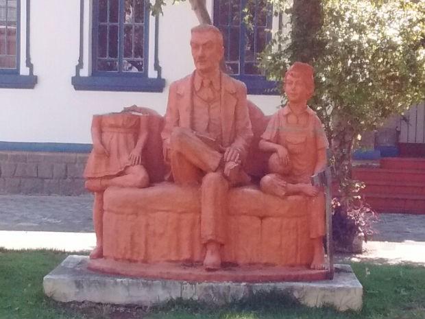 Estátua da Narizinhoé alvo de vândalos em Taubaté (Foto: Vanguarda Repórter/ Zaira Brito )