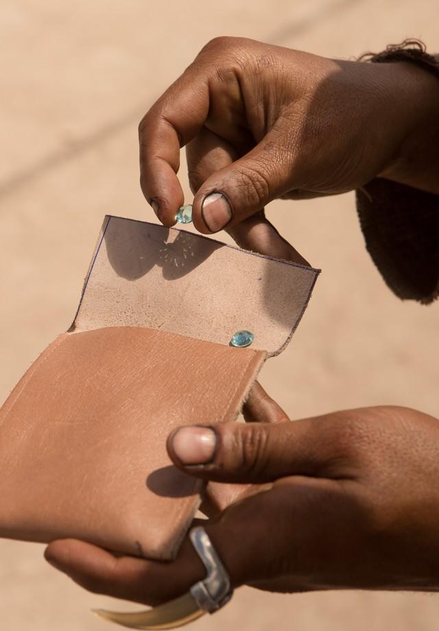 Turmalinas Paraíba e o anel de chifre usado pelo protagonista (Foto: Divulgação)