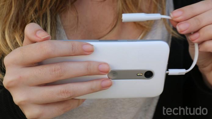 Moto G 3 tem versão TV digital HD, que funciona com antena externa (Foto: Luana Marfim/TechTudo)