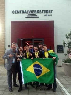 Adolescentes exibem medalhas conquistadas na Olímpiada de Biologia (Foto: Arquivo pessoal/Rubens Oda)