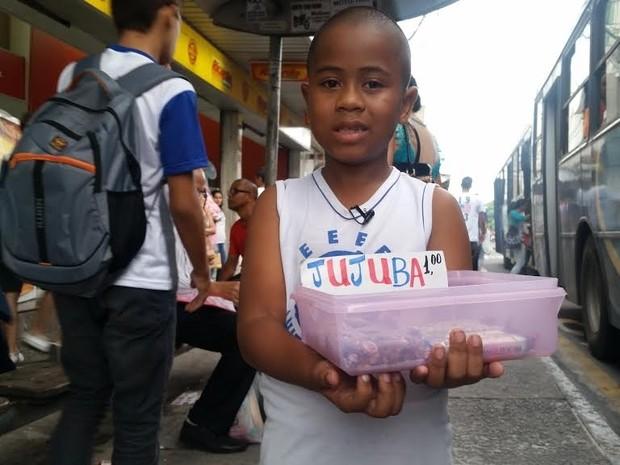 Menino de sete anos vende doces para ter festa de aniversário (Foto: Amabily Caliman/ A Gazeta)