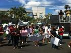 Estudantes e professores da UEA protestam na sede do governo do AM
