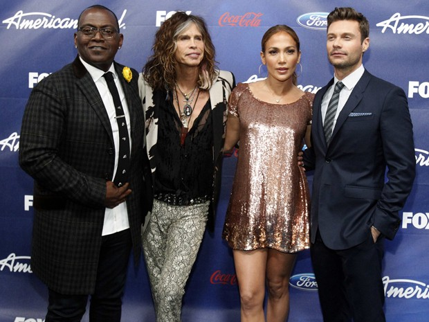 Os jurados Randy Jackson, Steven Tyler e Jennifer Lopez, acompanhados do apresentador Ryan Seacrest , participam de festa dos finalistas do 'American idol', em Los Angeles (Foto: Reuters/Mario Anzuoni)
