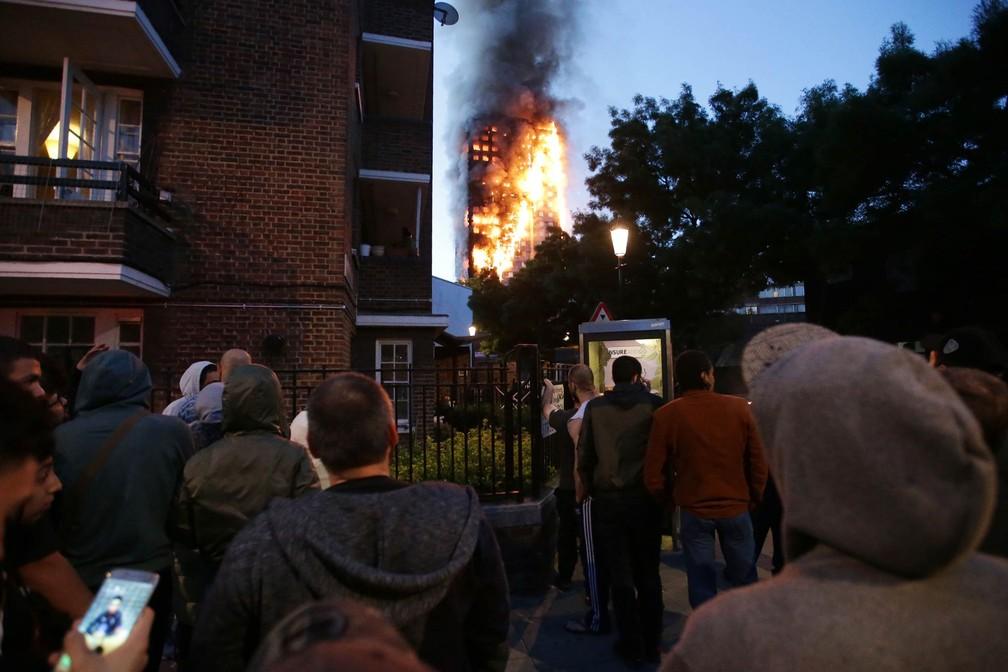 Moradores da vizinhança observam prédio em chamas no oeste de Londres (Foto: Daniel Leal-Olivas/AFP)