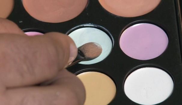 Corretivo verde para corrigir alguns pontos de acne  (Foto: Reprodução / TV Diário)