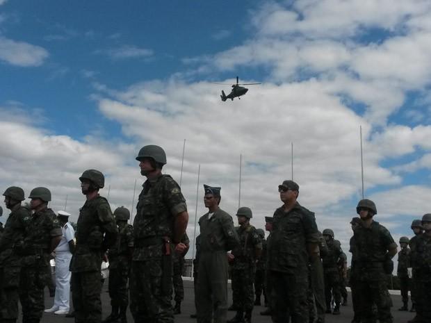 Helicóptero sobrevoa demonstração do Comando Militar do Planalto (Foto: Felipe Néri / G1)