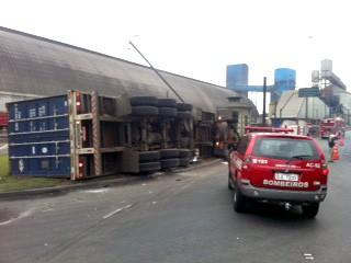 Acidente na Avenida Perimetral de Santos, SP (Foto: Tatyana Jorge/TV Tribuna)
