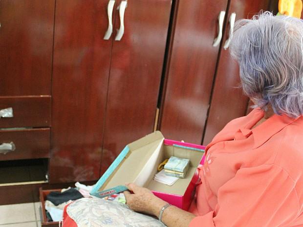 Pensionista guardava dinheiro em caixa de sapato atrás de gaveta de guarda-roupa (Foto: Girlene Medeiros/G1 AM)
