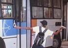 Passageiro depreda ônibus em paralisação em Goiás (Reprodução/TV Anhanguera)