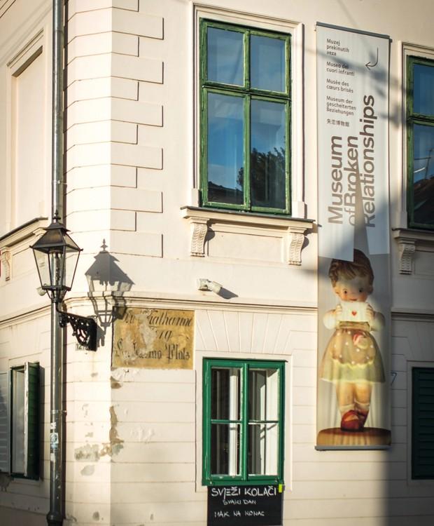 Fachada do Museum of Broken Relationships, onde funciona o Brokenships Café (Foto: Divulgação)