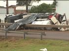 Caminhão carregado com dinamite tomba e interdita BR-467, no Paraná