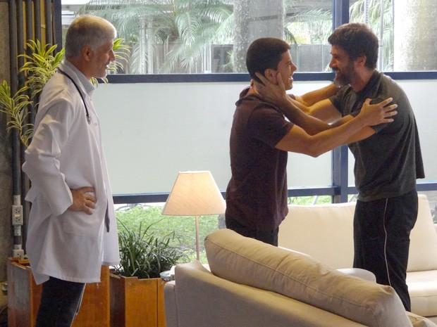 Duca é só alegria ao receber a boa notícia (Foto: Helcio Neto / Gshow)