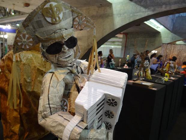Boneco de Luiz Gonzaga feito com papel de jornal por Emerson Chagas. (Foto: Luna Markman/G1)