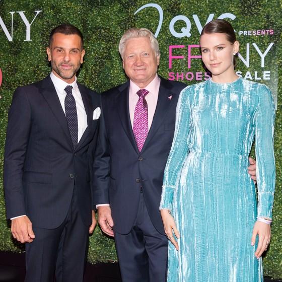 Alexandre Birman, Ronald Fromm, presidente da FFANY e a mulher do empresário, Johanna Stein Birman posam no evento  (Foto: Divulgação)