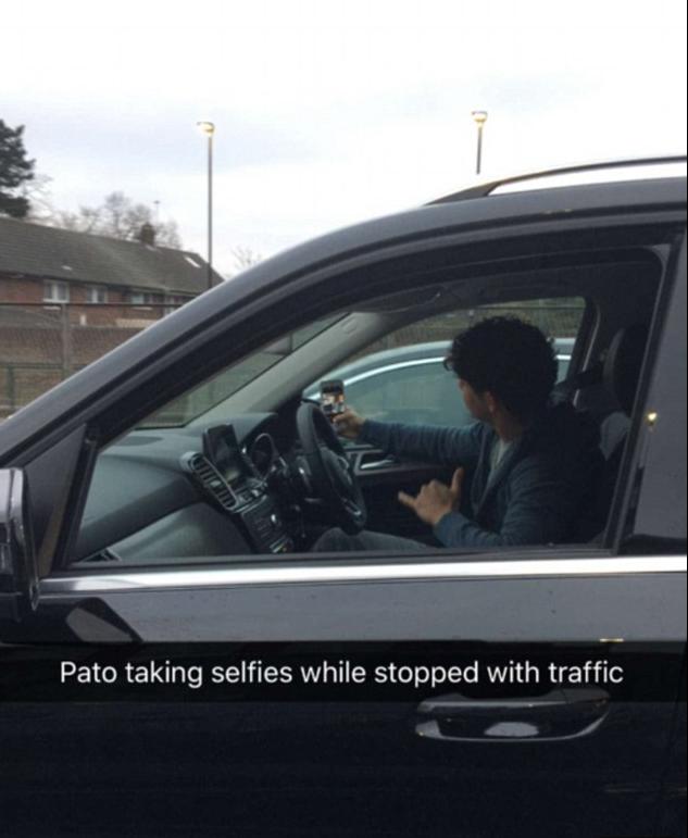 BLOG: Ainda sem estrear, Pato tira selfie com Fábregas no trânsito de Londres