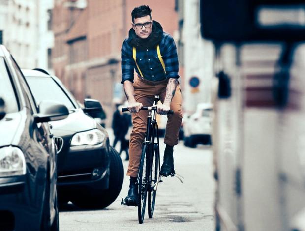 """Ciclista usando o Hövding, o capacete """"invisível"""" que fica acoplado ao pescoço (Foto: Divulgação)"""