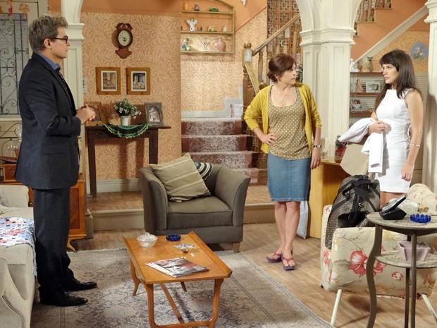 Nieta fica desconfiada da viagem de Carolina com Felipe (Foto: Guerra dos Sexos/TV Globo)