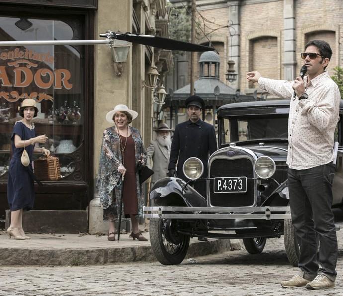 O diretor geral Vinícius Coimbra orienta os atores em cena (Foto: Inácio Moraes/Gshow)