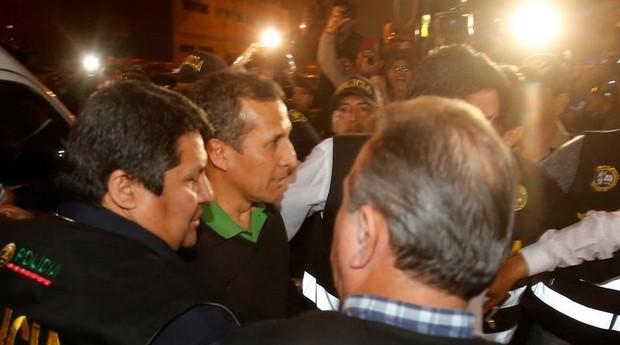 Ollanta Humala se entregou à polícia com a sua esposa (Foto: Reuters)