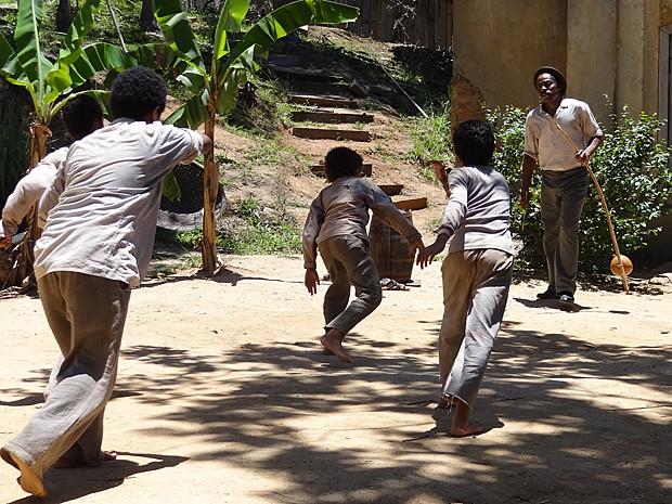 Em cena, os meninos demonstram agilidade na capoeira (Foto: Lado a Lado / TV Globo)