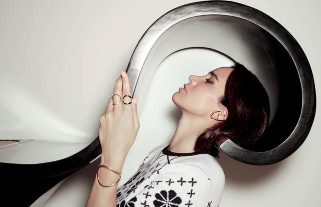Fotografada na casa de seus paisem São Paulo, Ana Khouri usa tricô (R$ 5.800) combinado às joias que abraçam o corpo que são sua marca registrada. Todas as peças de roupa são do verão 2016 da Dior e todas as joias são Ana Khouri (Foto: Manuel Nogueira)