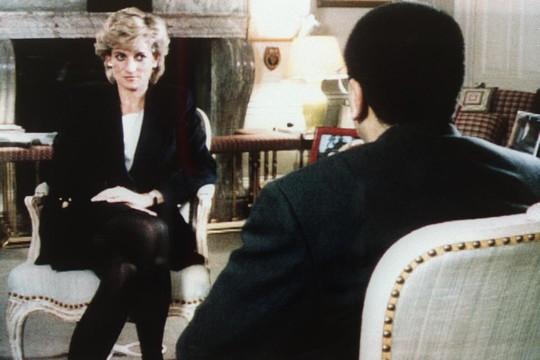 Diana na famosa entrevista em que expôs sua relação conflituosa com a família real (Foto: Reprodução)