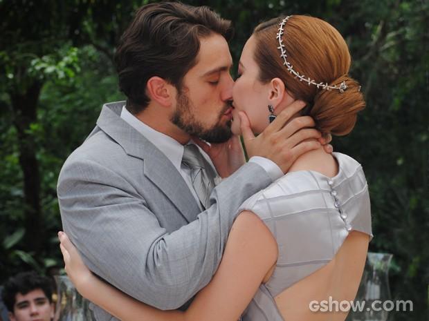 O casal troca um beijo apaixonado (Foto: Joia Rara/ TV Globo)