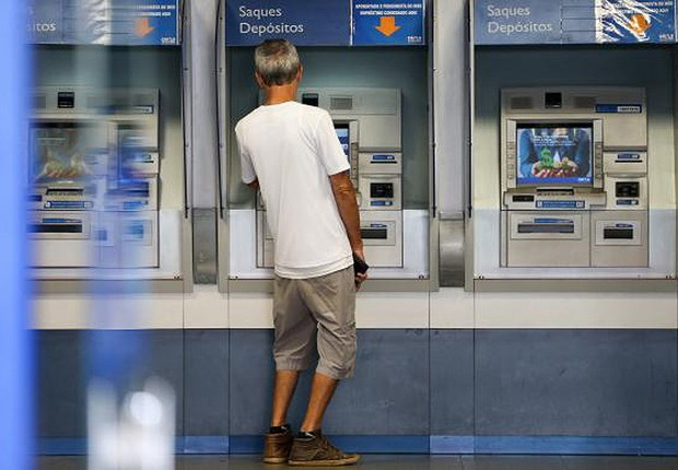 Cliente consulta terminal de caixa automático da Caixa Econômica Federal (Foto: Marcelo Camargo/Agência Brasil)