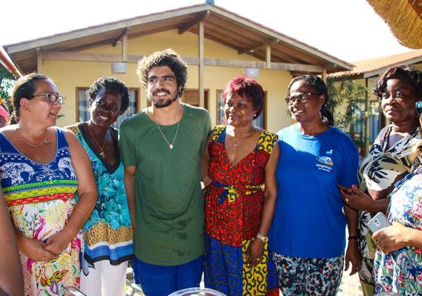 Caio Castro em viagem à Angola (Foto: Platina Line)