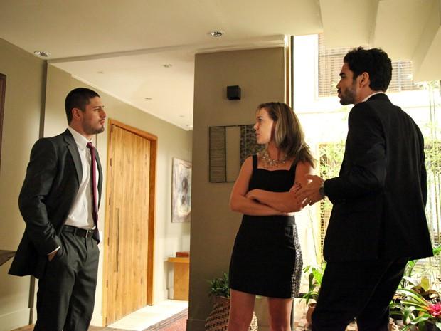 Lucas coloca José Pedro e Amanda na parede (Foto: Carol Caminha/TV Globo)