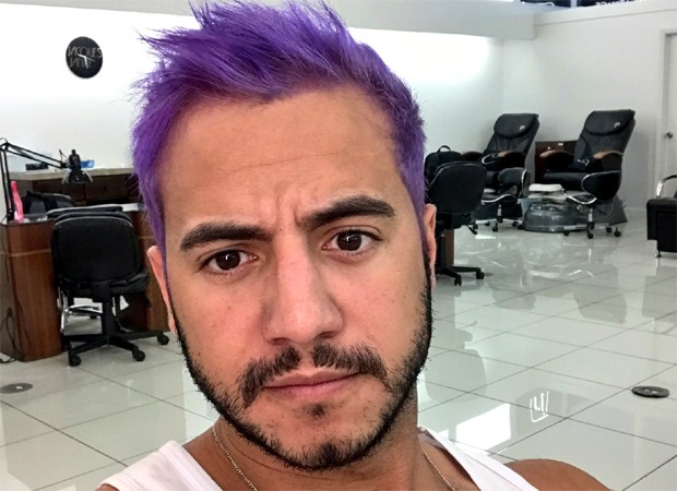 Matheus Lisboa mostra novo visual: cabelos roxos (Foto: Reprodução/Twitter)