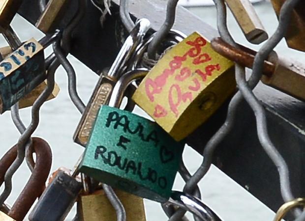 Os cadeados e Paula e Ronaldo (Foto: Grosby Group)