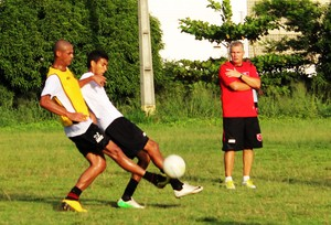 Zagueiro Márcio Muniz fez bom primeiro tempo entre os reservas na marcação de Augusto e atuou entre os titulares na segunda parte (Foto: Marco Freitas/GE)