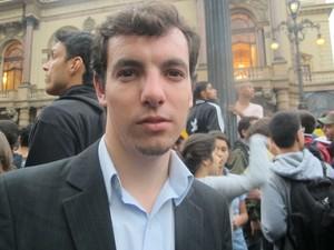 """Michel Perin, consultor de 23 anos, usa a CPTM e o Metrô para ir de Franco da Rocha ao trabalho, no Centro e na Zona Sul. Para ele, a tarifa do transporte está """"um absurdo"""" (Foto: Ana Carolina Moreno/G1)"""