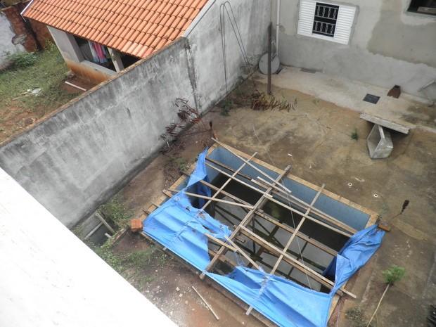 Piscina abandonada é possível foco de dengue, diz vizinha da moradia em Piracicaba (Foto: Nathalia Ferreira/VC no G1)