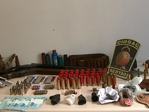 Armas e munição são apreendidas em Sairé, no Agreste de Pernambuco (Foto: Reprodução/ TV Asa Branca)