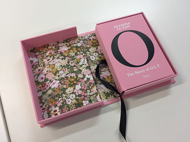 Olympia Le-Tan's new book in its slipcase box (Foto: @SUZYMENKESVOGUE)