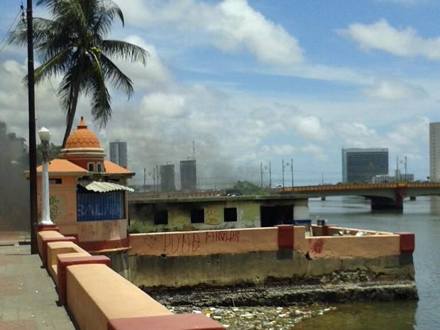 Casa pegou fogo na manhã desta segunda (20), no Centro do Recife (Foto: Danielle Fonseca/TV Globo)