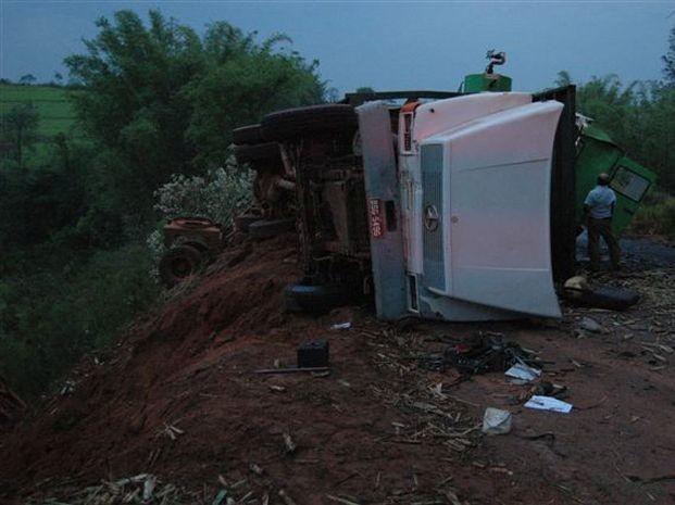 Dois caminhões se envolveram em acidente (Foto: Divulgação / Joãozinho - Rádio Tupã)