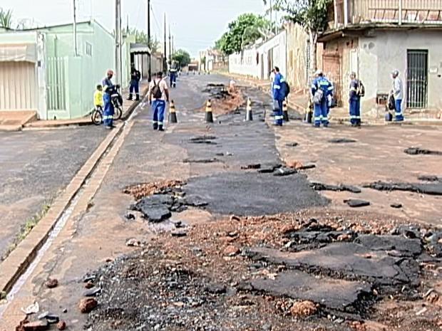 Asfalto em ruas de Uberaba cedeu com a forte chuva (Foto: Reprodução/TV Integração)