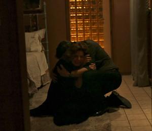 Elisa é consolada por Heitor (Foto: TV Globo)