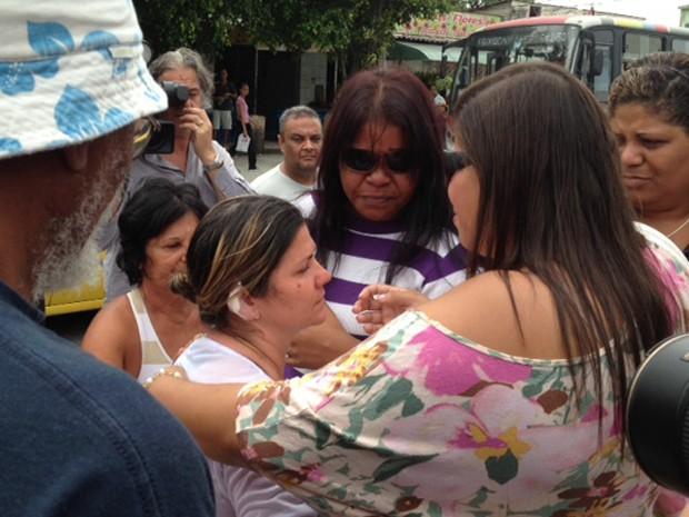 Rosana da Silva, avó de Kayo, é confortada ao chegar ao cemitério do Murundu (Foto: Alba Valéria Mendonça / G1)
