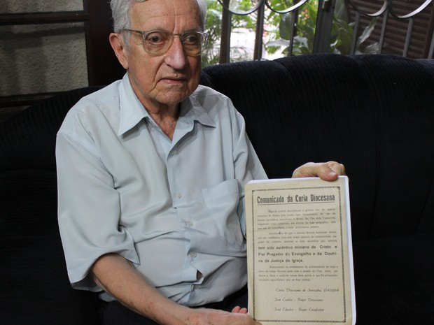 Aldo Vannucchi, preso pela ditadura militar, mostra documento feito pela igreja para libertá-lo (Foto: Roberta Steganha/ G1)