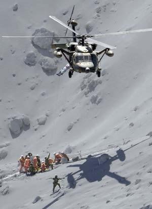 Os esforços de resgate no vulcão Ontake, no Japão, contam com o trabalho de 250 soldados e sete helicópteros (Foto: AP Photo/Kyodo News)
