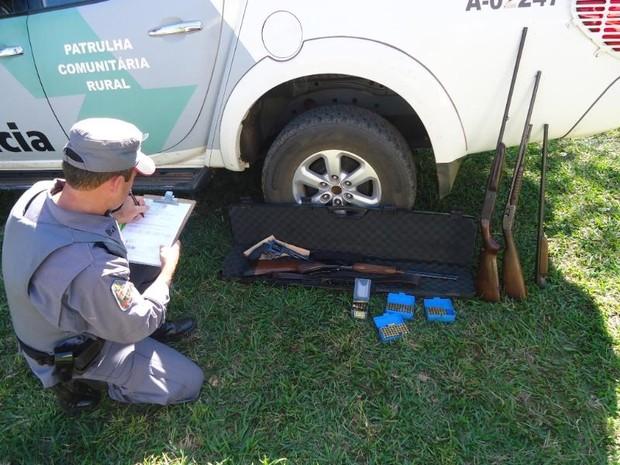 Arsenal foi apreendido pelos policiais em Reginópolis  (Foto: Divulgação/ Polícia Ambiental)