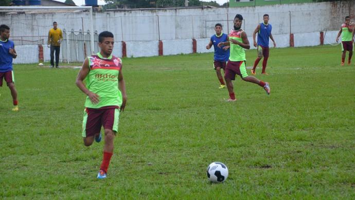 Lateral-esquerdo Jeferson treinou normalmente, mas não tem escalação confirmada pelo técnico Zezito (Foto: Duaine Rodrigues)