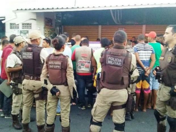 Comerciante foi morto a tiros em praça de Feira da Santana, na Bahia (Foto: Aldo Matos / Acorda Cidade)