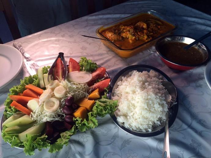 A sugestão é servir a moqueca de pintado acompanha de salada, arroz branco e pirão (Foto: Divulgação/RPC)